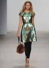 Bolsa de pele para o vestido verde
