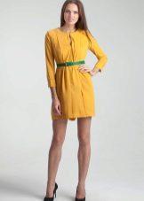 Vihreä vyö keltaiselle mekolle