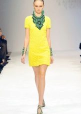 Green decorations to the yellow dress