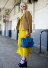 Sarı elbise bej ceket