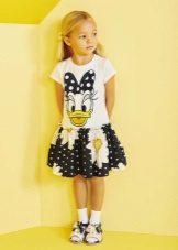 Vestido de verão para uma menina de 5 anos com heróis