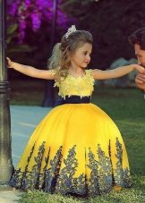 Vestido de bola amarelo inteligente para a menina