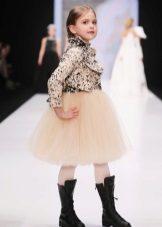 Jaqueta para um lindo vestido exuberante para uma menina