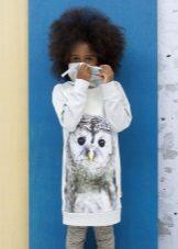 Vestido de inverno de malha com uma impressão para meninas