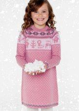 Vestido de malha de inverno com uma estampa para meninas