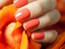 Orange manicure under en brun kjole