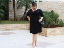 Modieuze jurk met driekwart mouw voor een volle vrouw met korte gestalte