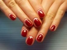 Manicure sob um vestido de cereja