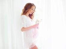 Witte kanten jurk voor zwangere fotoshoot