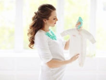 Fotosessie van een zwangere vrouw in een fotostudio