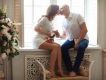 Fotosessie van een zwangere vrouw met haar echtgenoot in een fotostudio