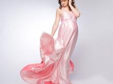 Roze jurk verhuur voor zwangere vrouwen voor een fotoshoot