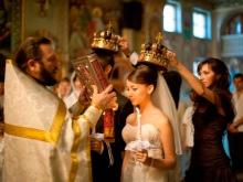 Pavyzdys šukuosena vestuvių suknelei