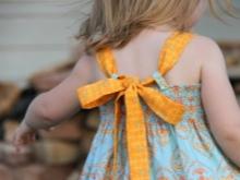 A lányoknak a ruhában a hevederek összekötése