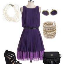 Fialové šaty s černým příslušenstvím