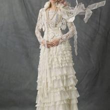 Esküvői ruha a dobogóról horgolt testtel