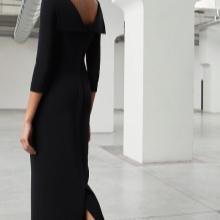 Black evening dress na may bukas na likod