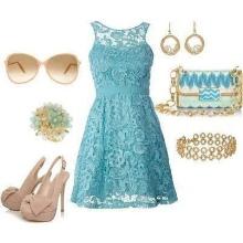 Acessórios bege para vestido azul