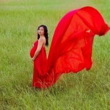 Червена дълга рокля с влак за бременни жени