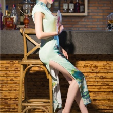 Cheongsam dress na may slit