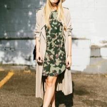 Bej yağmurluk ile kamuflaj elbise