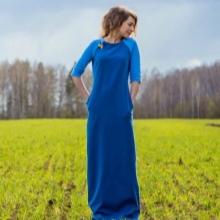Sininen neulottu mekko