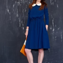 Sininen neulottu mekko kauluksella