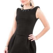 Lyhyt musta mekko, jossa on kellon hame