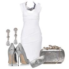 Acessórios cinzentos para um estojo de vestido branco