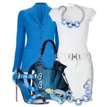 Sininen lisävaruste valkoiselle mekkoille