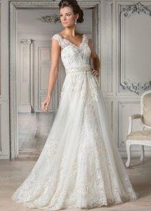 Esküvői ruha elegáns pántokkal