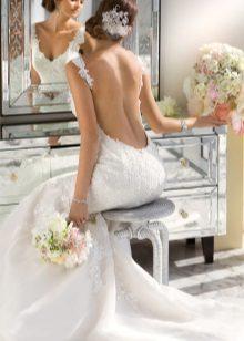 Kivágás a derék alatt - nagyon mély nyakkivágási esküvői ruha