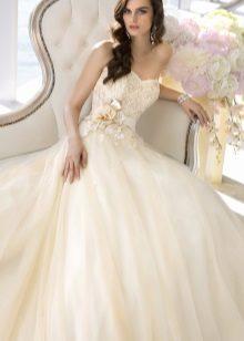 Gyönyörű menyasszonyi ruha a deréktól kirobbant