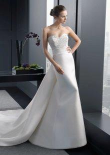 Szatén esküvői ruha egy hurokkal
