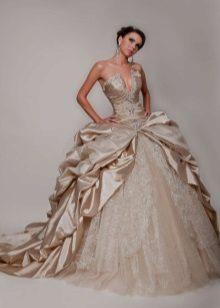 A szatén és a csipke kombinációja egy esküvői ruhában