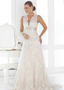 Сватбена рокля за бременни с дълбоко деколте