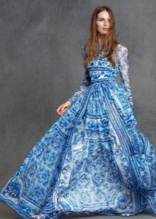 En aftenkjole fra Dolce & Gabbana med et Gzhel mønster