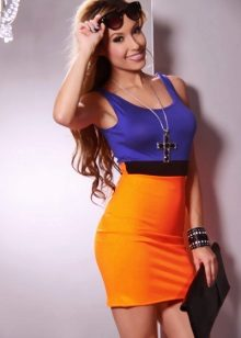 Fialové oranžové šaty barvy