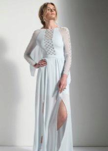 White evening dress na may slit and transparent inserts