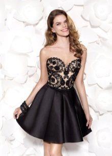 Korte jurk met zwart kant