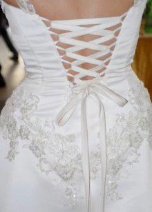 Esküvői ruha nyitott fűzővel