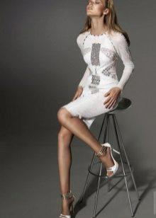 Vestido de noite branco com mangas compridas