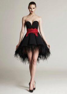 Vestido de noite curto fofo com um cinto vermelho