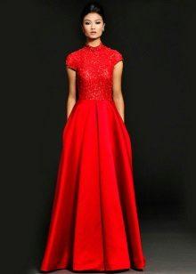 Red evening dress na may kwelyo
