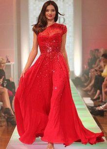 Red evening dress na may rhinestones