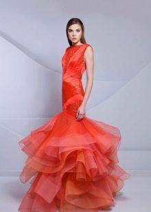 Red evening dress na may multi-layer na palda