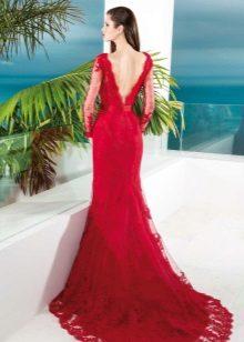 Red evening dress na may bukas na likod at suhay
