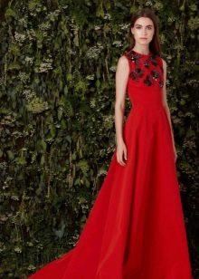 Red evening dress na may itim na palamuti