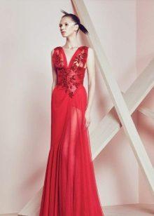 Red evening dress na may malalim na neckline