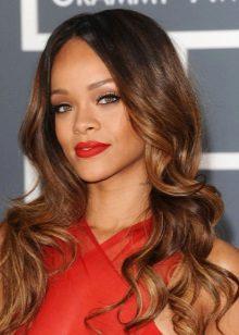 Riana's aften make-up under en rød kjole